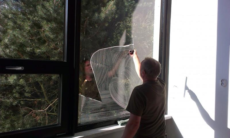 Mytí oken po stavbě v Brně