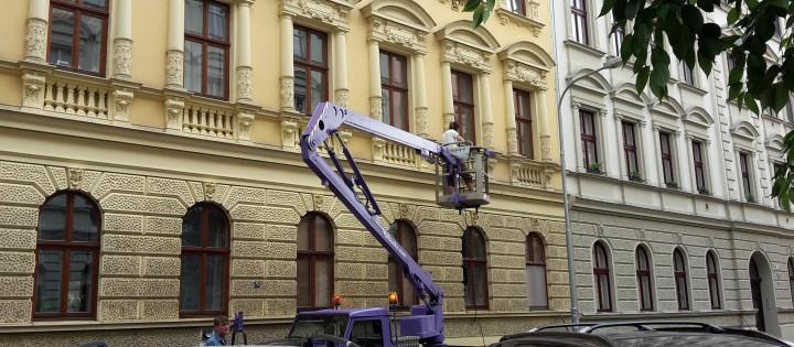 Čištění fasád z vysokozdvižné plošiny v Brně