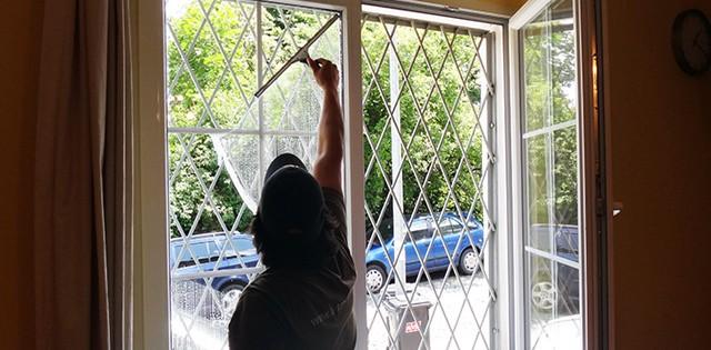 Mytí a leštění oken v kancelářích Praha 3